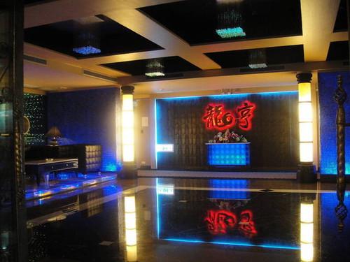 龍亨酒店位於台北市環亞商圈,南京東路、敦化北路口